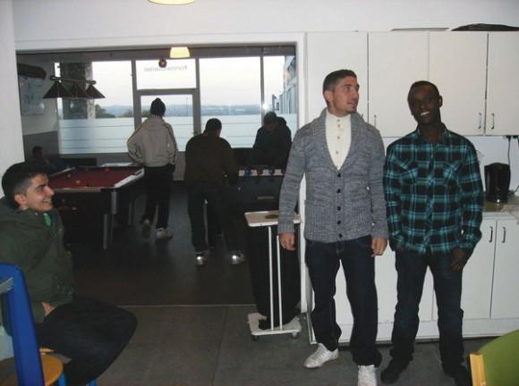 Mustafa (th.) og drengene i Kontaktstedet glæder sig at få et nyt køkken - og millionærpengene er også gået til et nyt bordfodbold