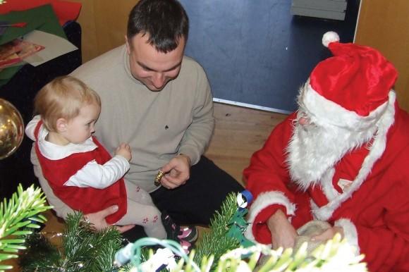 Julemanden, der vist nok kender Esben Trige fra Thorsbjerg, giver juleglæde til en lille Thorsbjergbeboer, hvis far, Rune Utoft, vist nok kender administrationschefen i boligforeningen  (arkivfoto 2007 – Ulrik Ricco Hansen)