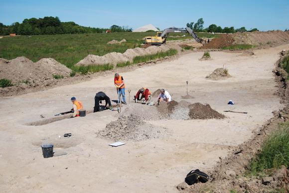 Amatører graver affaldsgrube med keramik