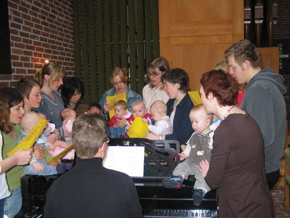 Gwellerup Kirke byder alle babyer og deres forældre velkommen til BabySalmeSang