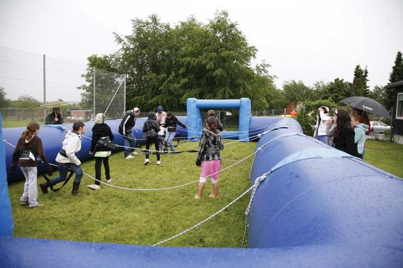 Trods silende regn, var der stor deltagelse til pigernes kamp i Levende Bordfodbold.
