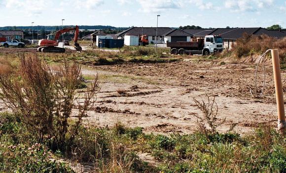 Her mellem lutter nyt byggeri er en sydvendt mark ved at blive til et nyt boligområde. (Solbjerg)