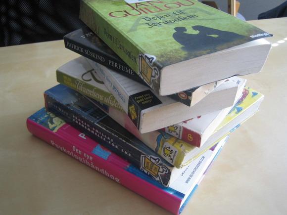 Bøger der er registreret på www.bookcrossing.com er nemme at genkende, fordi de ofte er udstyret med et klistermærke med internetsidens logo: en lille, gul, løbende bog.