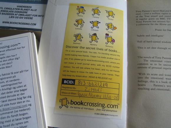 Bøgerne skal udstyres med BCID. Her ses en officiel etiket, der er købt  på hjemmesiden, hvor ejeren har skrevet nummeret ind med kuglepen.