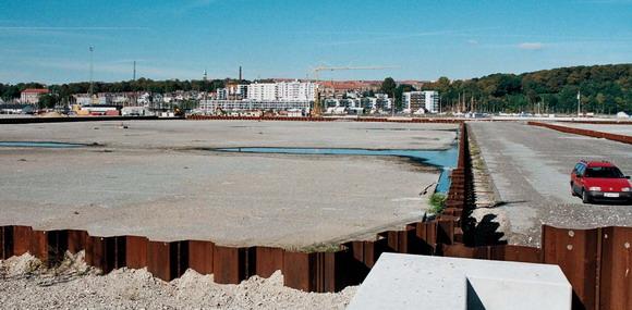 Pier 4 bliver til boliger og der er dejligt en lun septemberdag. Engang kan man sidde her og betragte den vinkel på Århus, som man ellers kun kender som sejlende (Isbjerget)