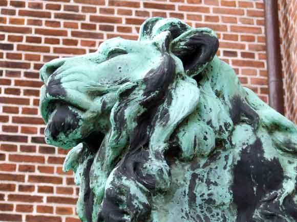 Arkivfoto af Ulrik Ricco Hansen: Løve ved indgangen til Retten i Århus