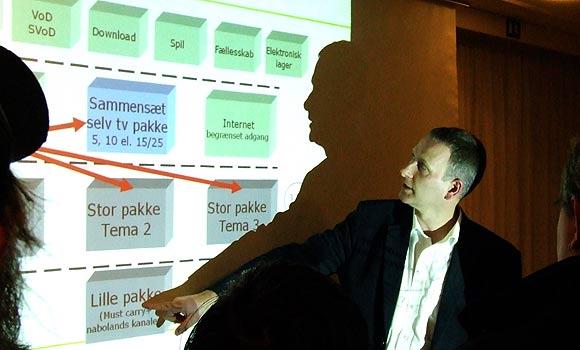 Arkivfoto af Ulrik Ricco Hansen: Stofa forklarer om Zaptor på et beboermøde i Brabrand Boligforening