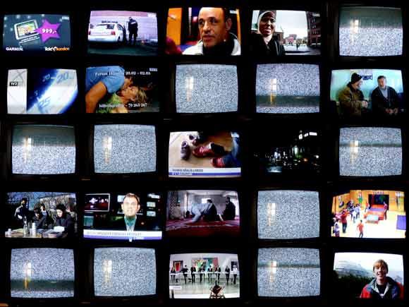 Mange kanaler får sne fra 1. januar. Fotocollage baseret på bl.a. fotos af udsendelser TV2 Østjylland, som heldigvis også fremover kan ses i begge programpakker.