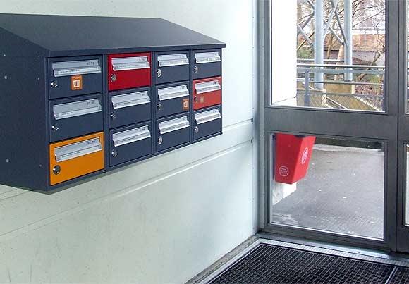 Foto af Ulrik Ricco Hansen: Nye postkasser i Gellerupparken. Beboerne har haft mulighed for at vælge individuelle farver