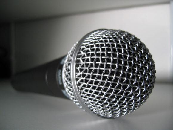 Arkivfoto fra Wikimedia af ChrisHamburg (Shure SM58 microphone)