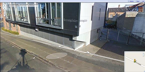 Fra Google Streetview. Da Googles foto-vogn kørte forbi Sonnesgården optog den også en skygge af sig selv: På taget af bilen er et stativ med kameraer i hver sin retning.
