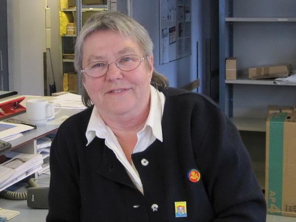 Kaja Pedersen en glad postmedarbejder