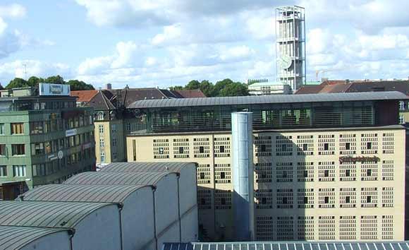 Arkivfoto af Ulrik Ricco Hansen: Bagsiden af Århus Stiftidendes bygning ved banegården med udsigt til Århus Rådhus
