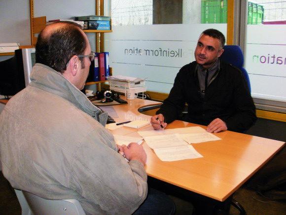Folkeinformation holder til i et hjørne på Gellerup Bibliotek, hvor Walid Mahmoud er i gang med rådgivningen.