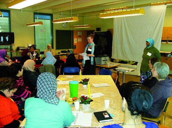 Anett Sällsäter Christiansen og  Ilham Khalif Mohamed fra Familienetværk og afdelingsbestyrelsen på Toveshøj bød velkommen til vinterens forældrekonference i Foreningernes Hus, hvor mere end 60 forældre deltog.