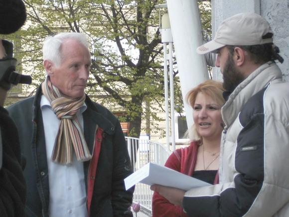 Stadsarkitekt Gösta Knudsen modtager underskriftslistern. Det er Rima og Khaled fra Protestgruppen mod nedrivninger, der afleverer.