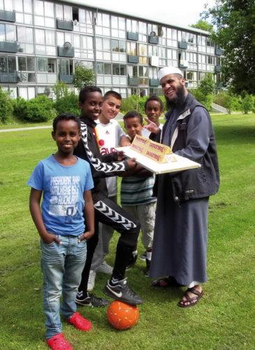 Abdallah Ismail overrækker præmien til Mohammed Weli Mohammed