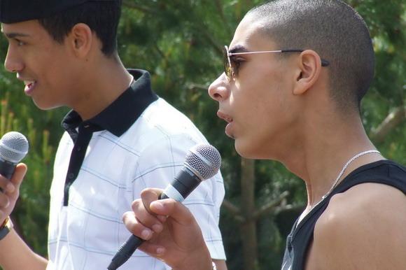 Unge fyre fra Rapskolen i Gellerup rappede om bl.a. sommer, fest og venner.