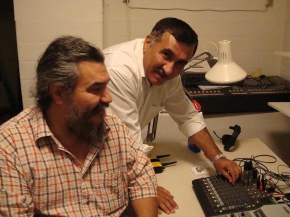 Folkeinformations leder Hüseyin Arac (th) og Indvandrer TVs leder Rui Monteiro er klar til at trykke på knappen ogsende det første af de oplysende tv-programmer fra Folkeinformation i luften midt i september.