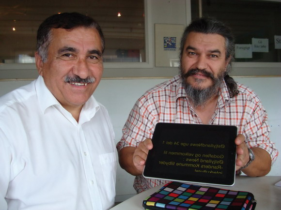 Hüseyin Arac (tv) og Rui Monteiro viser lidt af teknikken frem.Nyheder og oplysningerstår spejlvendt på en Ipad,der bruges som teleprompter, hvor teksten vendes, så skærm-troldene kan læse den, uden at skulle kigge på et stykke papir.