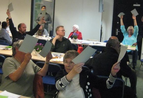 De medvirkende ved mødet stemmer om et forslag