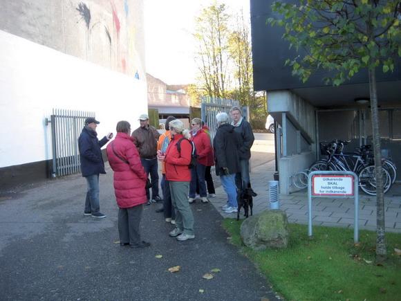 Lunterne flokkes ved porten til Sonnesgården