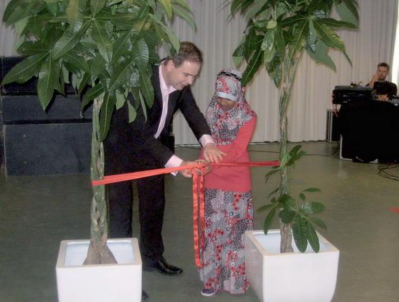 Borgmester Nicolai Wammen og Khadija  klippede sammen snoren over.