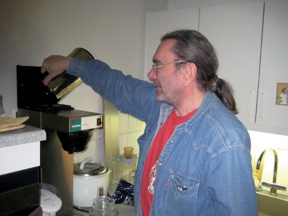 For en sjælden gangs skyld nøjes Dan med at lave kaffe