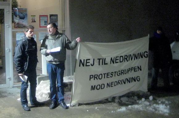 Protestgruppen – Protestgruppen mod nedrivninger stod klar med deres banner udenfor for at få så mange som muligt til at stemme nej.