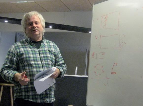 Morten Steffensen tegner og fortæller ved tavlen.