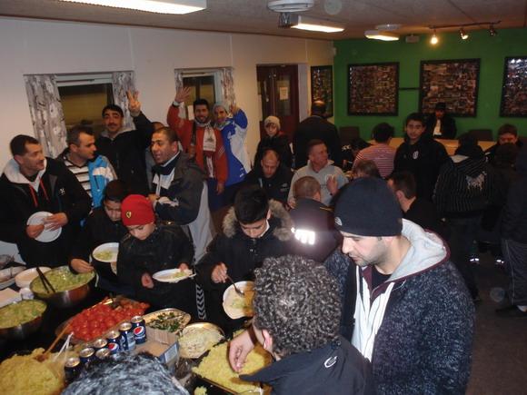 Efter kampene var det tid til hyggelig samvær i Klubberne i Gellerup for alle fodboldspillerne.