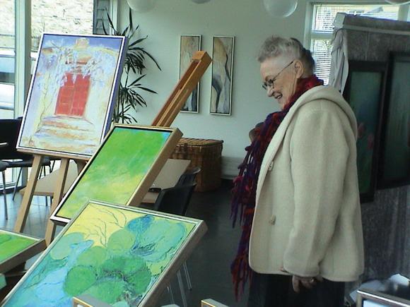 Vita Sigrid Pedersen foran et par af sine billeder