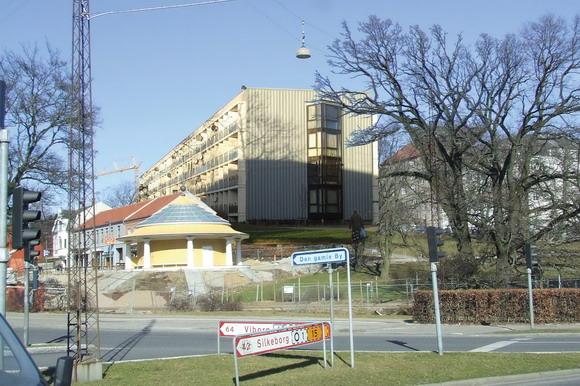 Fotocollage der viser den genopførte bloks placering i den sydlige ende af Den Gamle By i Aarhus