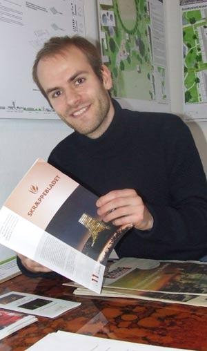 Skræppebladet bliver grundigt læst i nærområdet. Fx som her af Doron Haar på Gellerup Museum