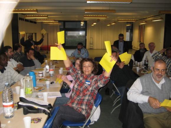 Stemmeafgivning: der blev viftet ivrigt med stemmesedlerne til mødet