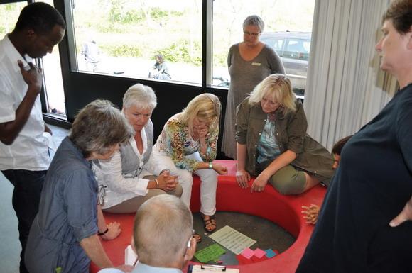 grupperarbejde: en af grupperne i gang med at diskutere forslag
