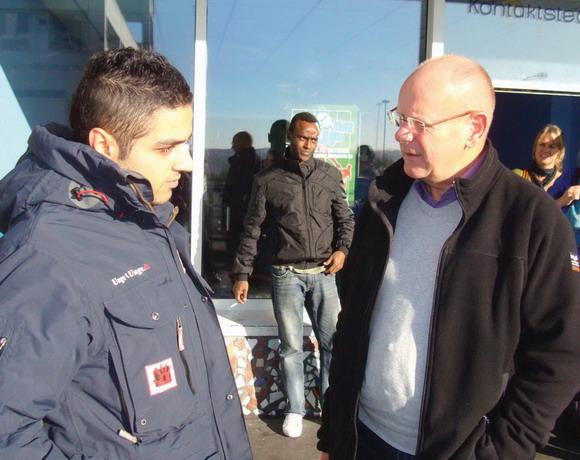 """""""Unge4Unge gør en stor indsats for at nedbryde barriererne mellem Gellerup og resten af byen,"""" siger socialrådmand Hans Halvorsen, som mødte Wamid Hassan og Unge4Unge, da han i efteråret besøgte HotSpot."""