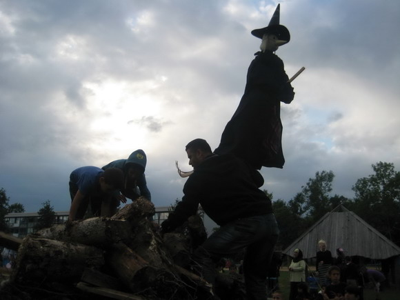 Heksen bliver hejst: Nogle modige frivillige beboere på kravler på bålet, for at sætte heksen på toppen.