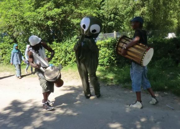 Hele grundlovsdagen blev indledt på Toveshøj med  afrikanske trommer og Otto, som gik i parade til  Legepladsen i Gellerupp. Foto af Anett Sälsäter Christensen