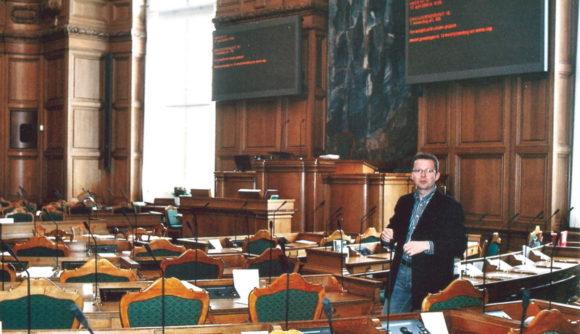 Arkivfoto af Bo Sigismund: René Skau Björnsson i Folketingssalen. Fra Skræppebladet maj 2008