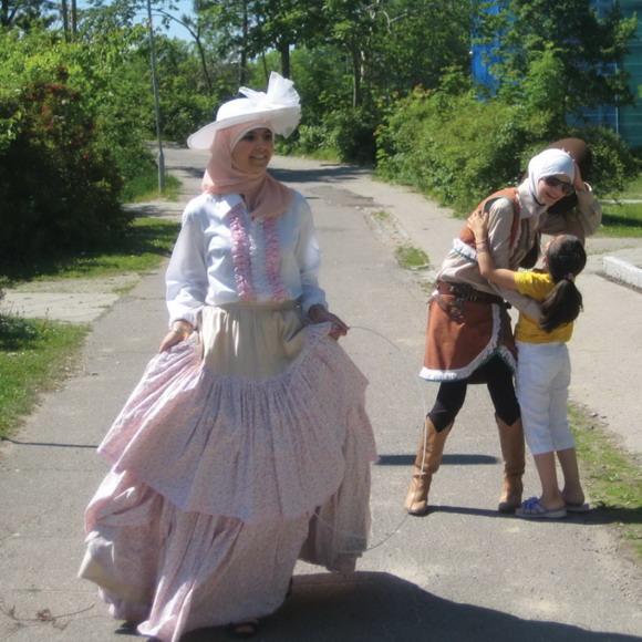 Pigerne fra Unge4unge er klædt ud og klar til at underholde børnene