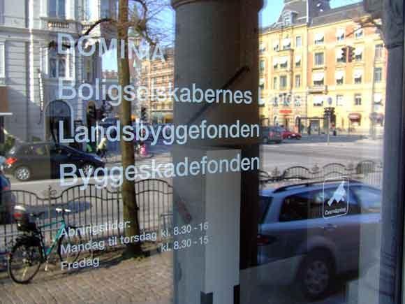 Arkivfoto af Ulrik Ricco Hansen: Indgangsdør til bl.a. Landsbyggefondens kontor i København
