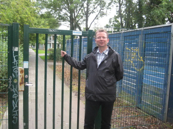 René skau Björnsson foran kollegiet, der er godt låst af
