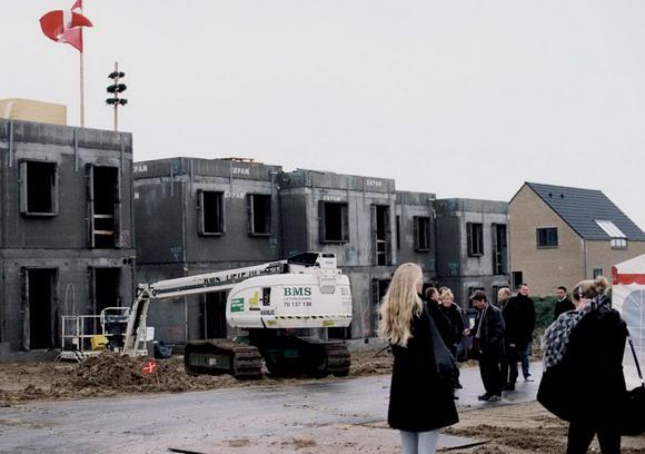Arkivfoto af Bo Sigismund: Rejsegilde på lav-energi byggeriet Pilevangen i Solbjerg. Fra Skræppebladet december 2010