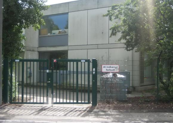 Hejredal aflåst: Kollegiets porte ligner mere et fængsel end et kollegium.
