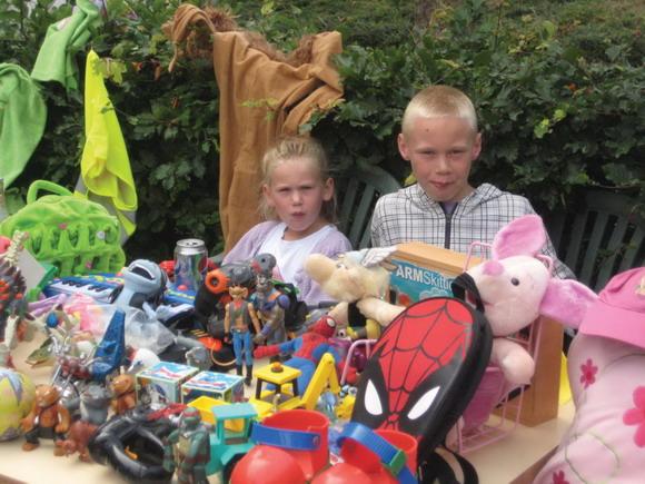 Nogle børn sælger deres legetøj