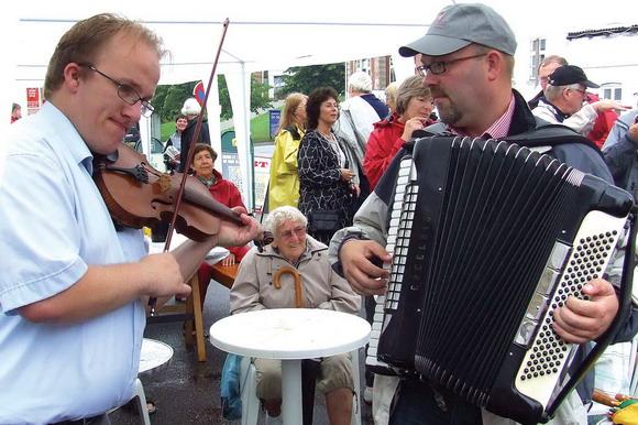 Der blev filet på violin og trukket i harmonikaen til folkedansernes optræden (fra tidligere kulturuge)