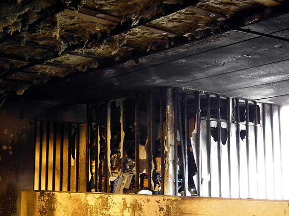 Pulterrum beklædt med asbest ødelagt af brand. Foto: Ulrik Ricco Hansen.