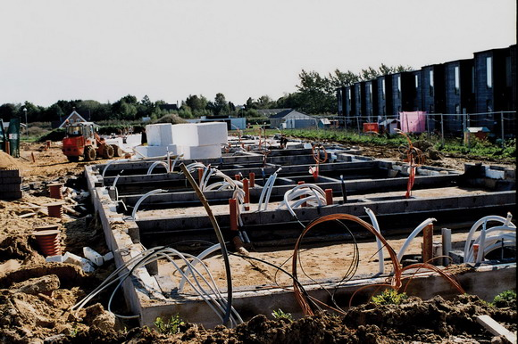 Her opstår bogstavelig talt fra grunden de nye bæredygtige boliger, som forventes færdige i løbet af 2012.