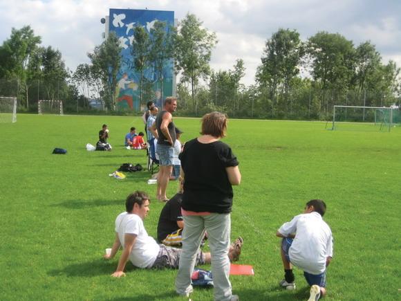 Tilskuere nyder det gode vejr og god bold.
